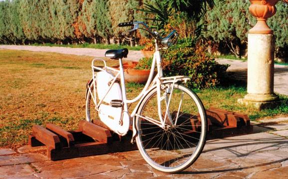 Rastrelliere arredo urbano sunwood arredi per parchi for Gazebi usati in legno